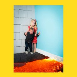 Мем - мальчик и девочка боятся кролика - фотожаба 2
