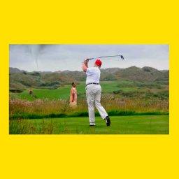 мем где Трамп играет в гольф пока газонокосильщик косит траву