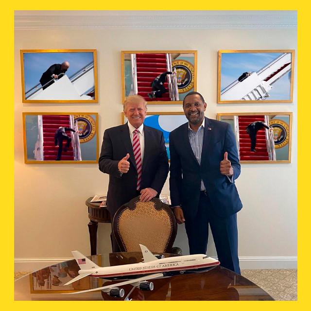 мем - Джо Байден и трап самолёта - Дональд Трамп рад