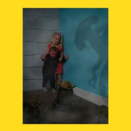 Мем - мальчик и девочка боятся кролика - фотожаба