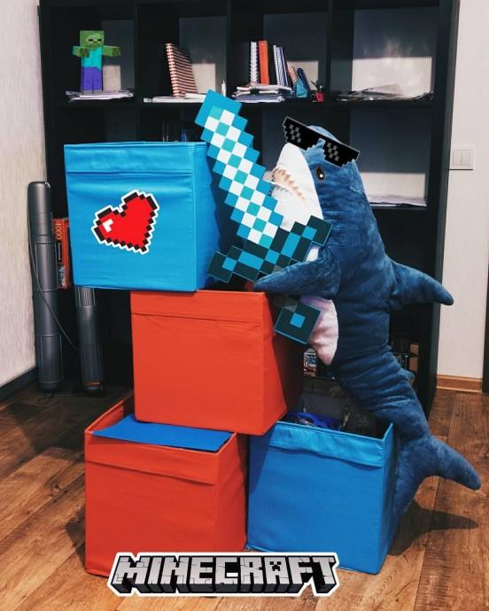 акула из Икеи играет в Minecraft
