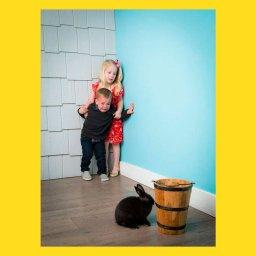 Мем - мальчик и девочка боятся кролика - шаблон Мема