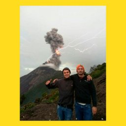 мем - мужчины на фоне вулкана - шаблон